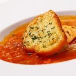 「地中海海鮮湯」,是融合義大利烹調方式做的,是用新鮮番茄、洋蔥等蔬菜與魚高湯熬煮而成,湯裡還有龍蝦與干貝,鮮美酸香